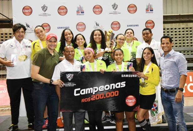 Equipo de la UNPHU, campeón nacional femenino de la Copa Universitaria Claro de Futsal, es premiad por Shariff Quiñones y Gilberto García, acompañados de Marcos Díaz.