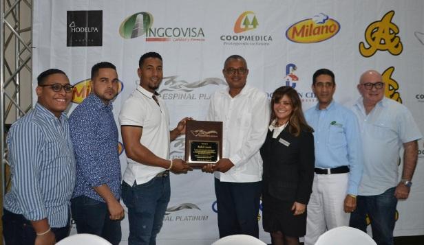 Robel Garcia premiado por Apolinar Peral ta acompañado por Gregorio Goris, Rafael Baldayac Jr, Robert Cabrera, Florangel Bueno, Amable Guzmán y Fellito Ortiz