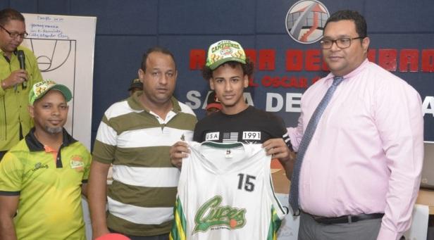 Eddy Alexander Cruz , recibe la camiseta del Cupes