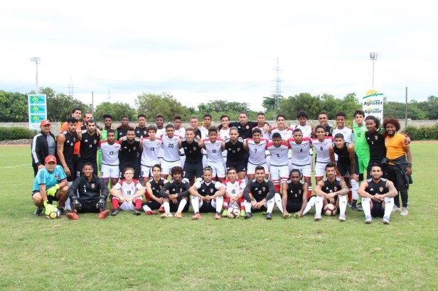 Foto Cibao FC y Seleccion Sub20 se abrazan al final del partido.