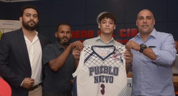 Geovanny Mencia , primer pick del Dra ft de Novato de Abasaca , recibe la camiseta de Pueblo Nuevo de manos de Hungria Dominguez,Salvador Sadhala