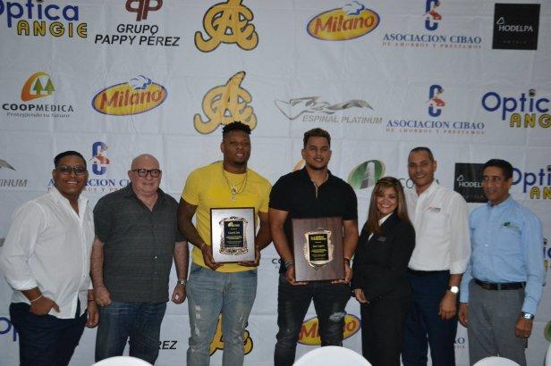 Gregory Soto y Juan Lagares , ele ctos los mmejores del año de las Aguilas cibaeñas posan junto a lo s patrocinadores del programa.