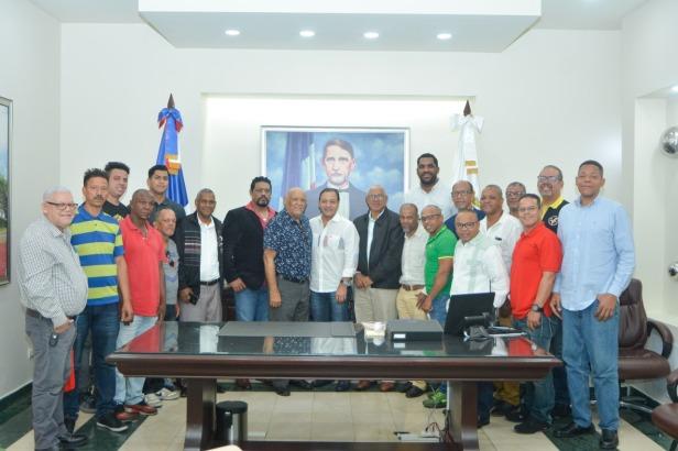 Grupo de atletas recibidos por el alcalde Abel Martinez