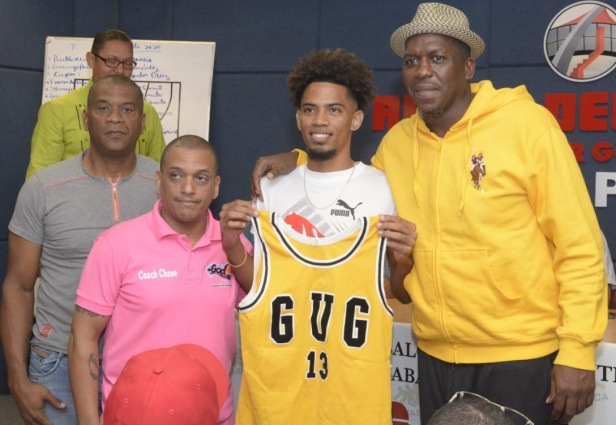 Joeluis Cruz Castillo, recibe la camiseta del GUG d e manos de Luis Felipe López , presidente del GUG