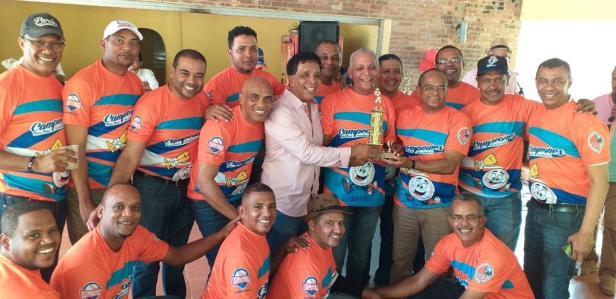 Justo Cruz entrega el trofeo de campeón al equipo Los Académicos en la Liga de Softbol de Profesores de la UASD
