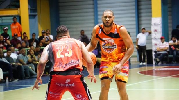 Leandro Cabrera, de Santo Domingo, driblea el balA3n defendido por Emil MartA-nez, del club Centro.