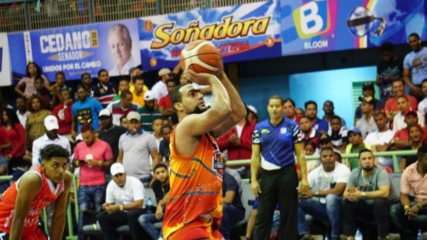 RamA3n Ruiz, del club Antonio GuzmA!n, procede a realizar un lance libre en el segundo partido de la serie final ante el club Centro.